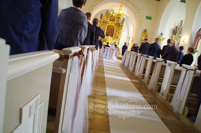 Białe kwiaty i biały dywan w ślubnej dekoracji kościoła Żelazna opolskie