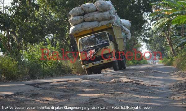 pemkab cirebon segera perbaiki jalan yang  rusak