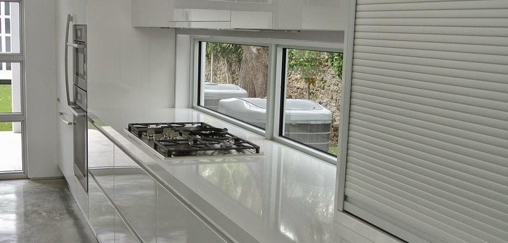 Bajo la ventana un lugar poco habitual para cocinar for Que encimera poner en una cocina blanca