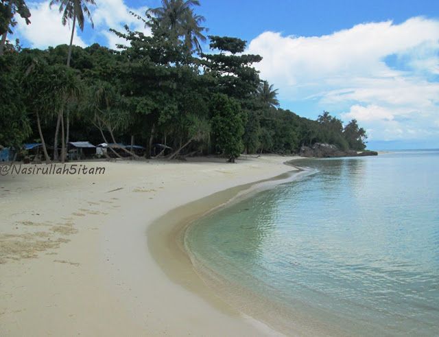 Pemandangan di pantai Watu Topeng