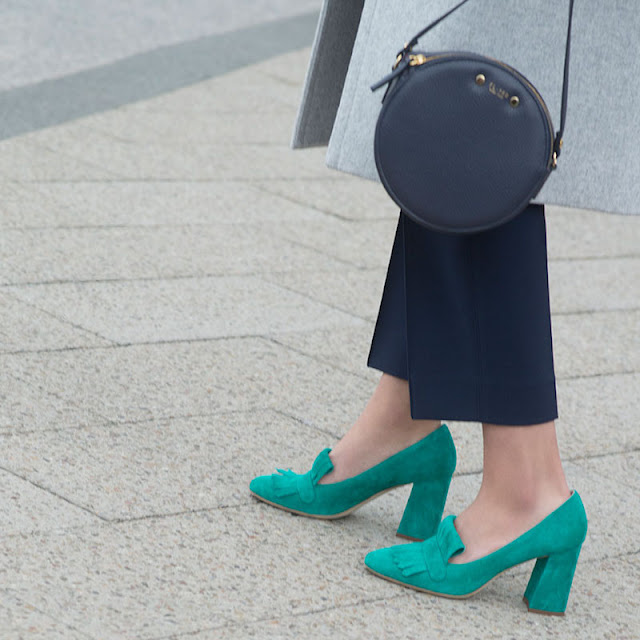 Зеленые туфли и синяя сумка