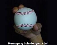 Memegang bola softball dengan dua jari