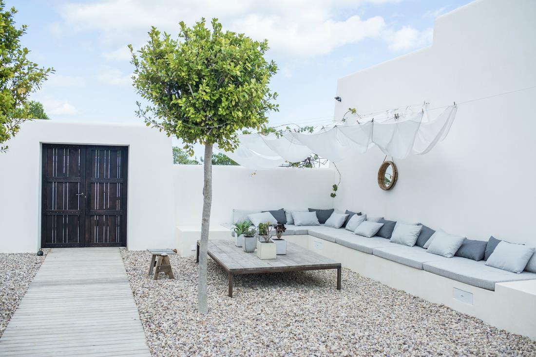 Decordemon breathtaking finca in the countryside of ibiza - Decoracion de patios y terrazas ...