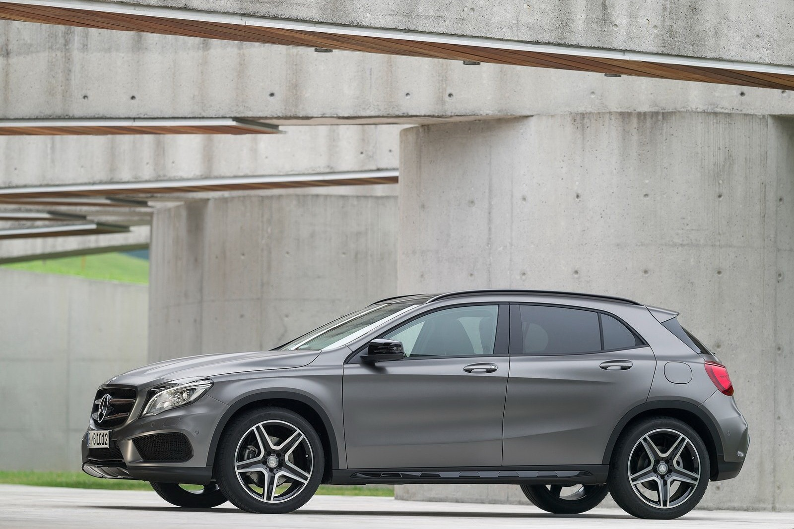 Mercedes set to secure luxury sales crown in u s carscoops for Crown mercedes benz