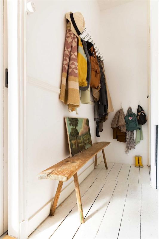 antiguo banco de madera en el recibidor chicanddeco