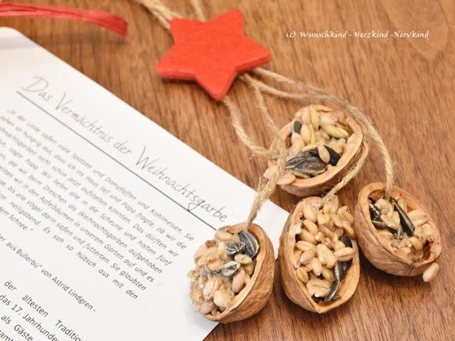 Selbstgemachte Weihnachtsgeschenke von Kindern. Selbstgemachtes Vogelfutter ist kinderleicht herzustellen und bereitet Kindern viel Spaß. Mit einer passenden Geschichte, welche auf wichtige weihnachtliche Themen der Nächstenliebe und Hilfsbereitschaft hinweist, rundet das gelungene Weihnachtsgeschenk ab.
