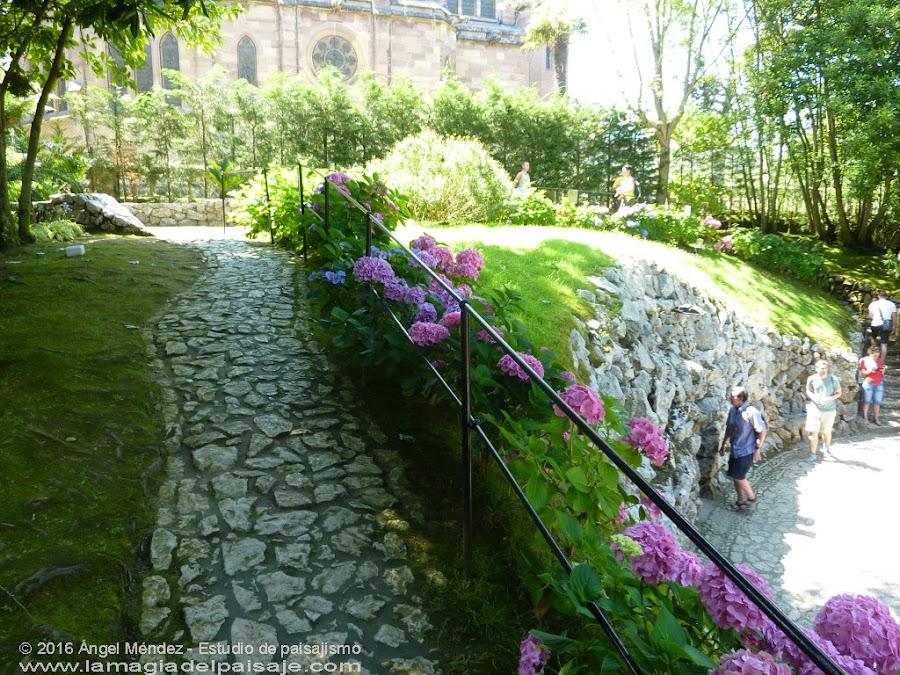 El Capricho de Gaudí, paseos de piedra