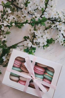 Caja con macarons y un lazo rosa
