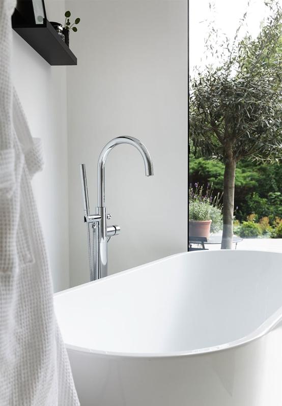 bañera exenta de diseño en blanco