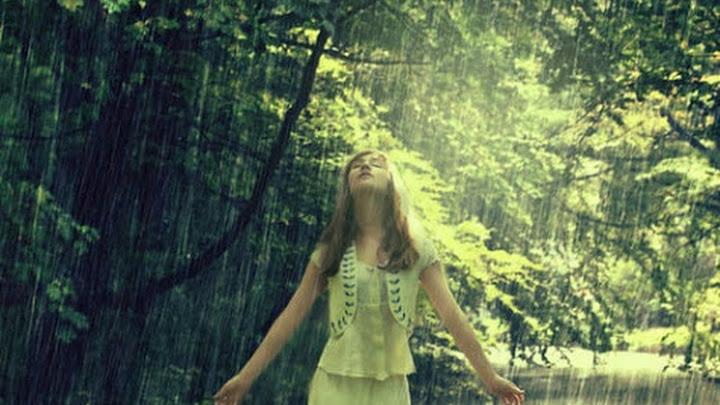 Soñar con caminar bajo la lluvia