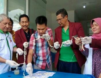 Tim dokter yang melakukan penelitian cacing pita di Simalungun.