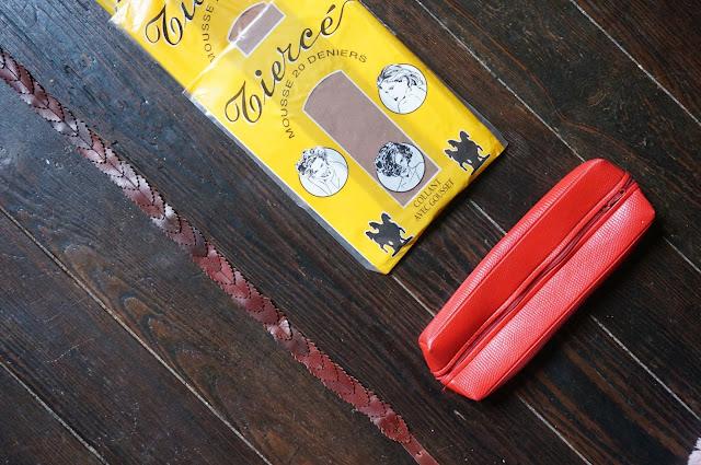 """des collants mais pour une fois une taille 1 , une trousse et une ceinture """"feuilles"""" en cuir , d'ailleurs c'est rigolo les coïncidences , je suis tombée sur un tuto pour faire une ceinture """"feuilles"""" .  70s tights , red vinyl pencil case , vintage leaf leather belt 1970s"""