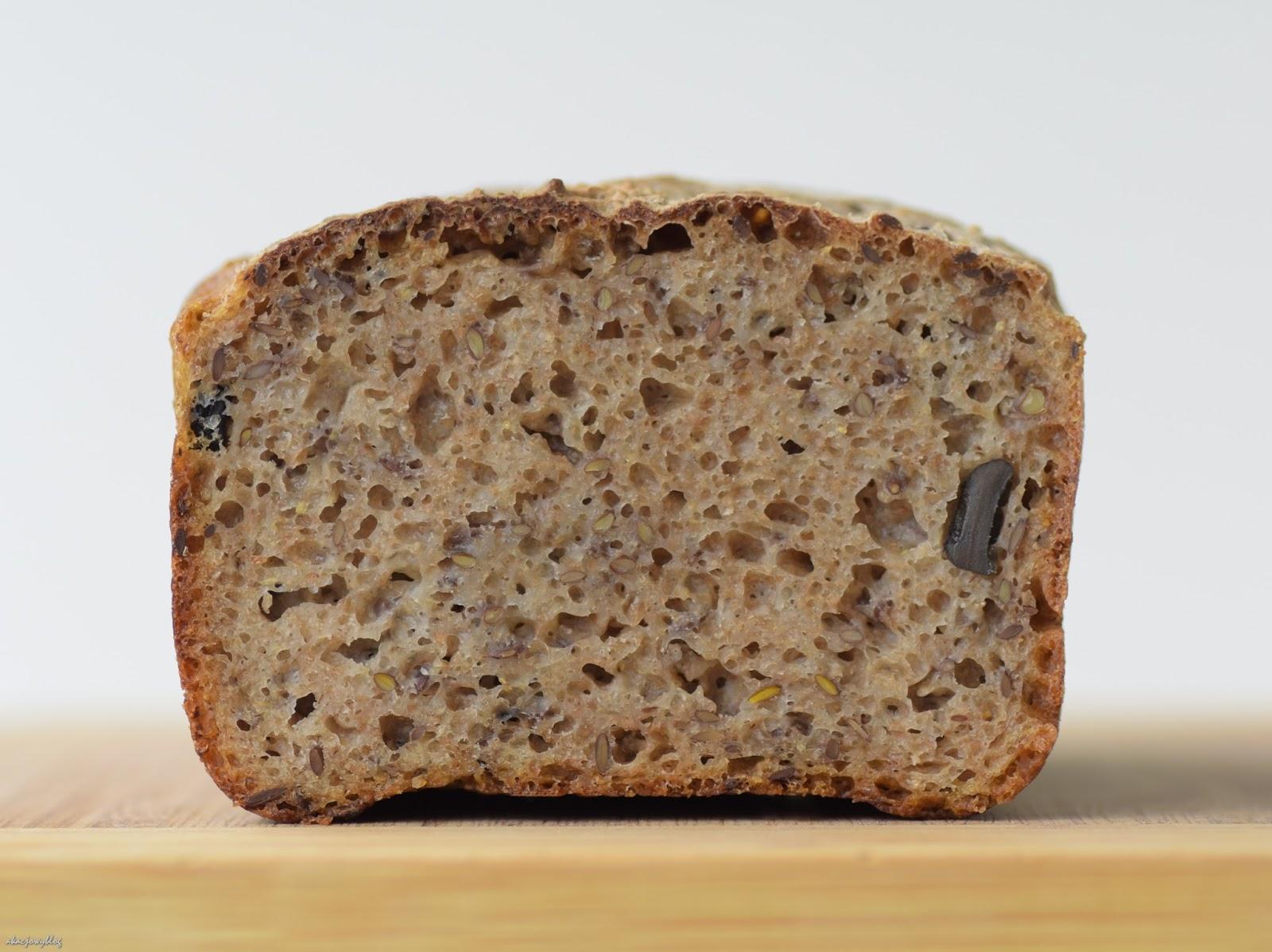Chleb mieszany na miodzie z oliwkami i rzadki gość w zielonym fraku.