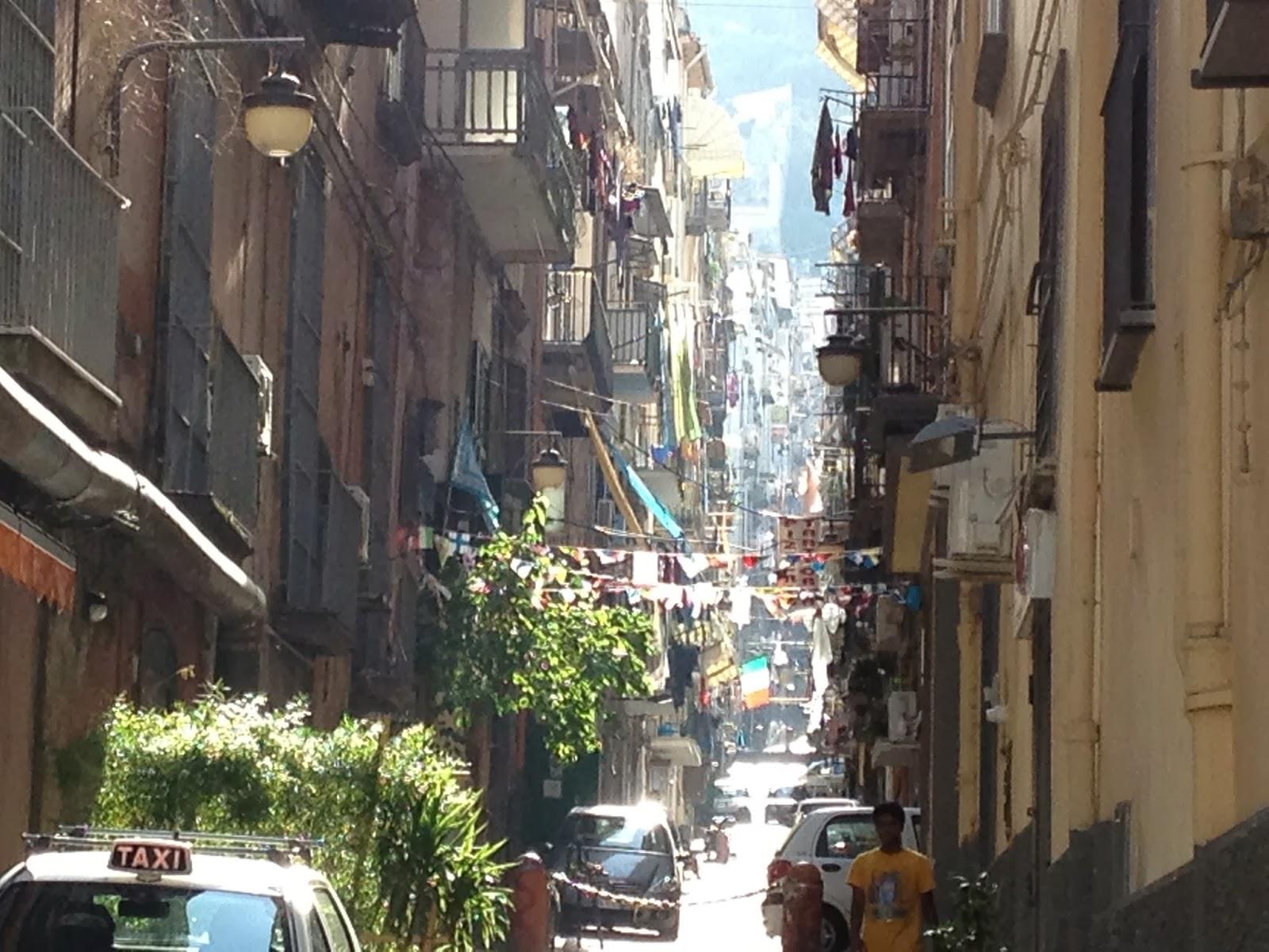 Rua lateral do Quartieri Spagnoli
