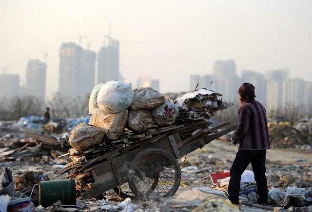 Expropriados e famintos, ex-agricultores devem migrar para as cidades e aceitar empregos mal pagos. Foto: em Hefei