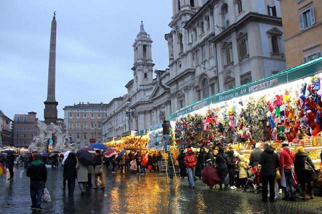 Pessoas no mercado de Natal em Roma