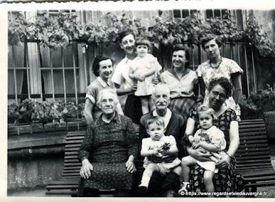 Photo noir et blanc ancienne : grands parents, enfants et petits enfants