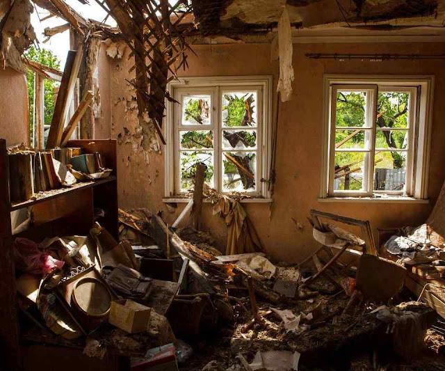Casa destruída pelos bombardeios em Zaitseve, leste da Ucrânia.