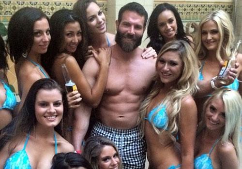 El millonario Dan Bilzerian con algunas de sus chicas