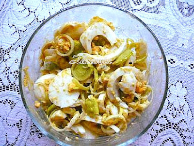 Salad with eggs and leeks