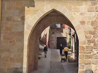 195 Cirauqui Torre y Arco Medieval Historia y Patrimonio - www.casaruralurbaa.com -   Cirauqui Torre y Arco Medieval Historia y Patrimonio, es uno de los monumentos que  la villa tiene desde la época medieval.  Este arco da entrada al pueblo y por debajo de sus piedras de sillería, han pasado  miles de peregrinos que  recorren el Camino de Santiago  Francés.