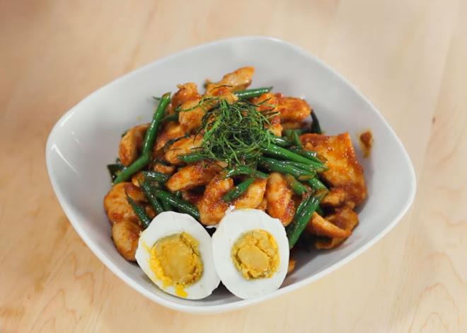 Poulet au curry rouge et haricots verts, Pad Prik King