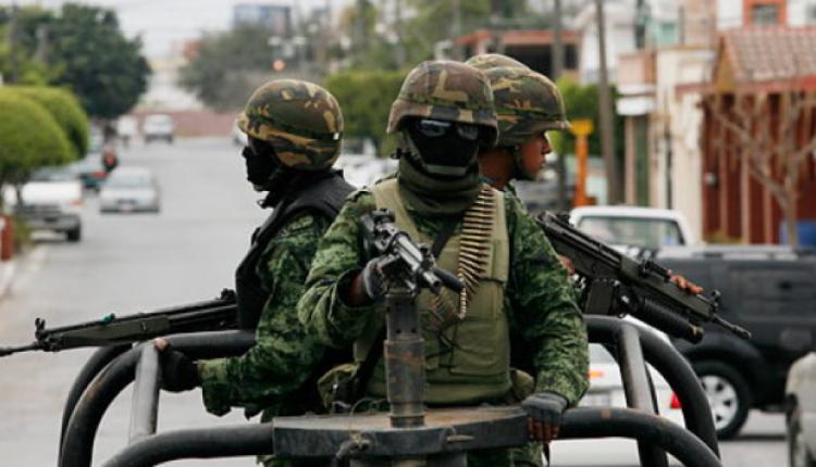 Sin importarle que llevaba en su espalda a su hija, militar dispara contra indígena
