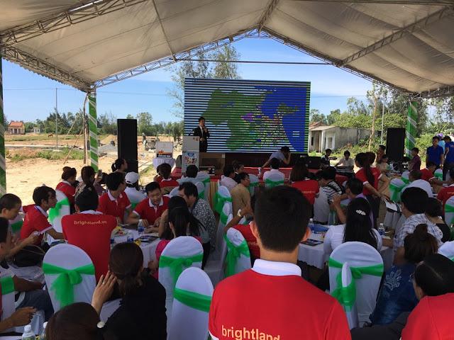 Khách hàng tham dự sự kiện mở bán Sun river city
