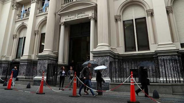 El peso argentino se vuelve a devaluar y cae un 4,61% respecto al dólar