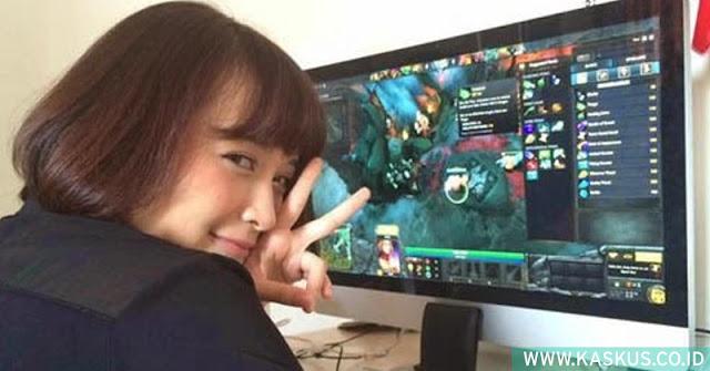 Artis Wanita Yang Suka Bermain Game Online