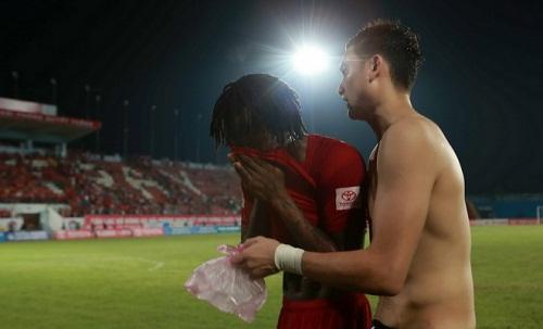 Ngay trên sân cỏ, cầu thủ Fagan đã bật khóc nức nở.
