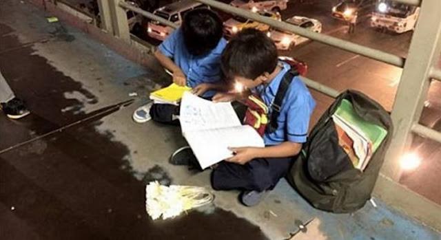 Mengharukan !!...Masih Gunakan Baju Sekolah, 2 Bocah Ini Jualan Sambil Belajar di Trotoar.
