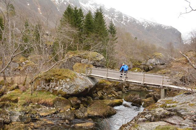 nieskazitelna przyroda, czyste powietrze, skały, strumyki, jezioro w Norwegii