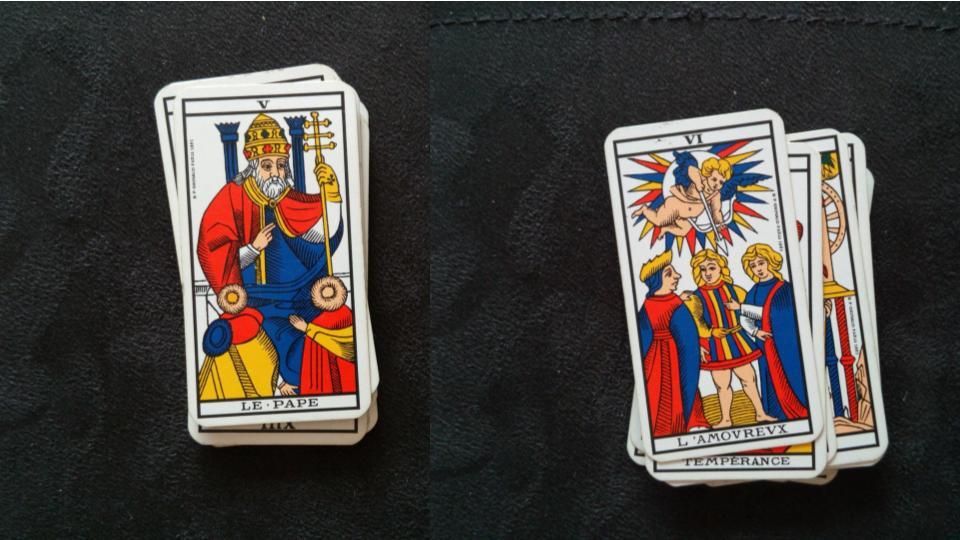 A gauche la carte du pape, à droite, celle de l'amoureux