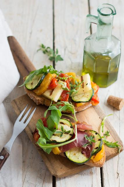 Tartines estivales aux poivrons grillés à l'huile d'olive, halloumi, fenalar
