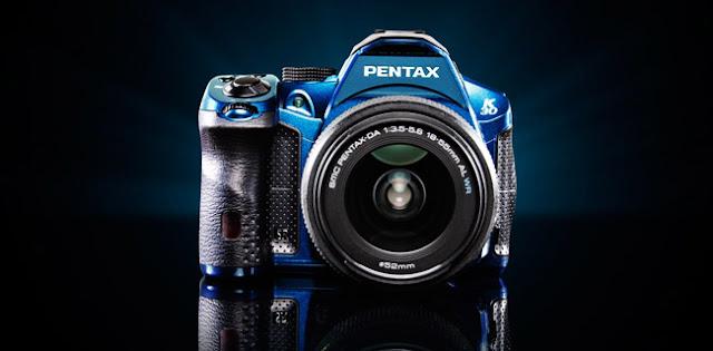 Fotografia della Pentax K-30 in livera blu