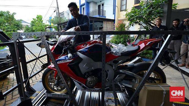Pemuda di Ciledug Dapat Motor Senilai Rp700 Juta di Ultah ke-18