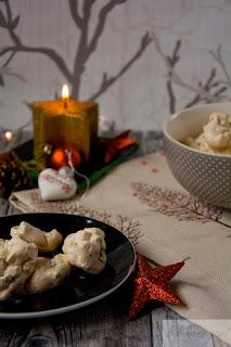 Rezept Plätzchen backen Makronen mit Walnüssen auf Adventstisch