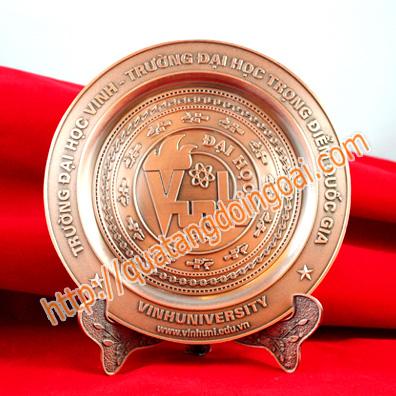 Đĩa lưu niệm có thể làm từ đồng nguyên chất, hợp kim mạ đồng, hợp kim mạ vàng mạ bạc