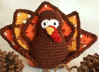 http://translate.google.es/translate?hl=es&sl=en&tl=es&u=http%3A%2F%2Fwww.petalstopicots.com%2F2013%2F11%2Fthanksgiving-turkey-crochet-pattern%2F