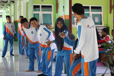 Permainan Estafet Sarung