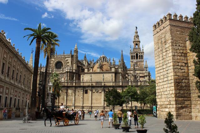 La catedral de Sevilla, entre el Archivo de Indias y los Reales Alcázares