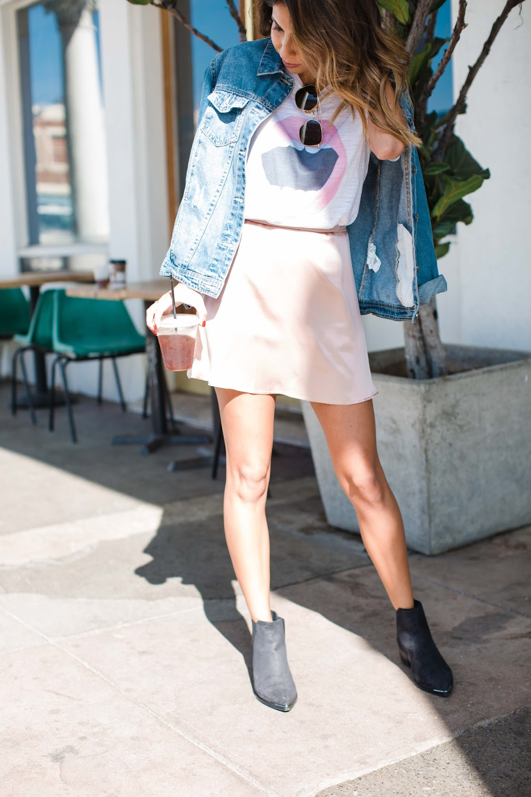how to wear a silk skirt, how to wear graphic t-shirt, lips t-shirt, casual venice outfit