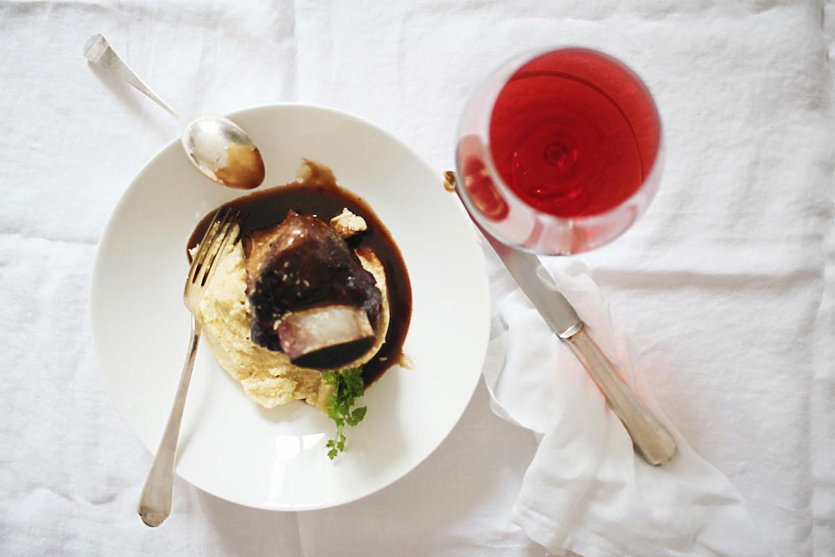 Geschmorte Querrippe mit Zitronenpolenta (Bramata). In Spätburgunder-Rotwein mit grünem Szechuanpfeffer und grünem Kardamom aromatisiert | Arthurs Tochter kocht. Der Blog für Food, Wine, Travel & Love