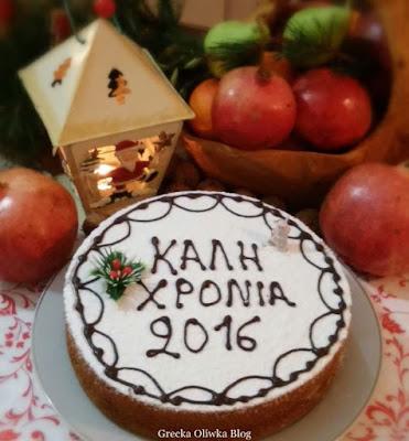 ciasto noworoczne, granaty, kosz z owocami