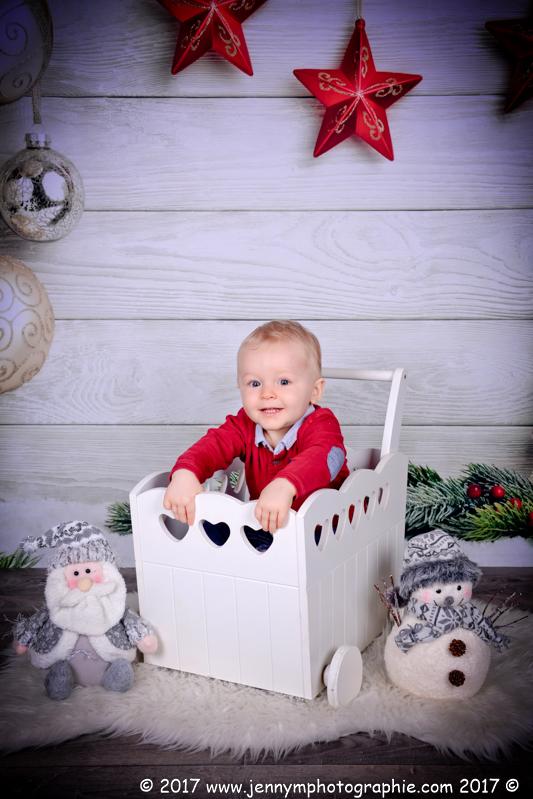 photo enfant assis dans chariot blanc avec décors de noël