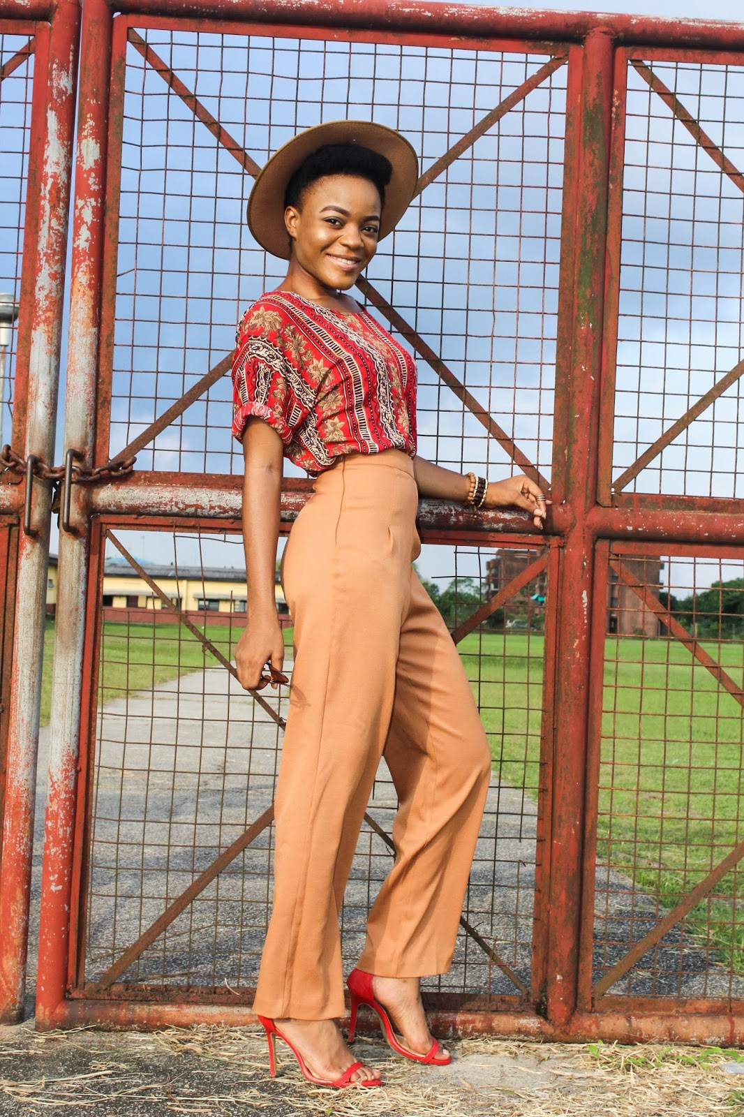 what shoes to wear with wide leg pants, cute outfits with fedora hat