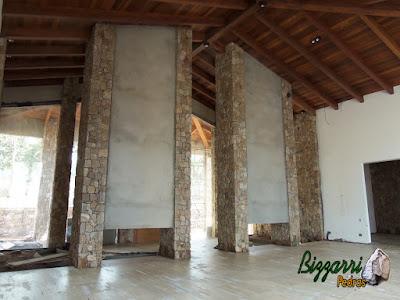 Parede de pedra, com pedra moledo, tipo chapada com cantos, nessa cor de pedra bege cinza mesclado, em residência em Piracaia-SP.