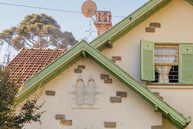 Uma casa branca e verde