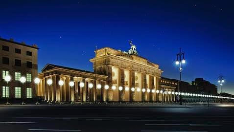 Luces en la puerta de Branderburgo en conmemoracion de la caida del muro de Berlin